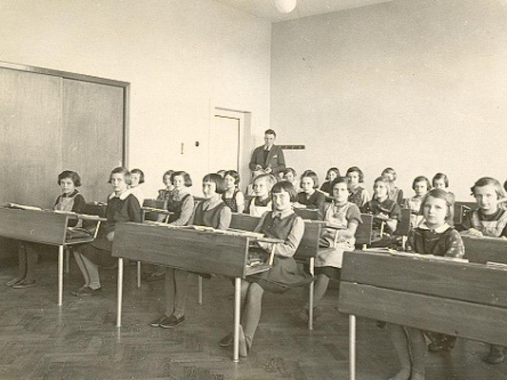 Hist. foto vyuka v uc. 5