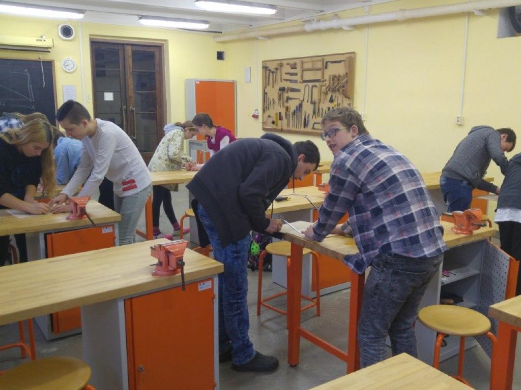 8. A práce se dřevem a konstrukce domku podle návodu 1